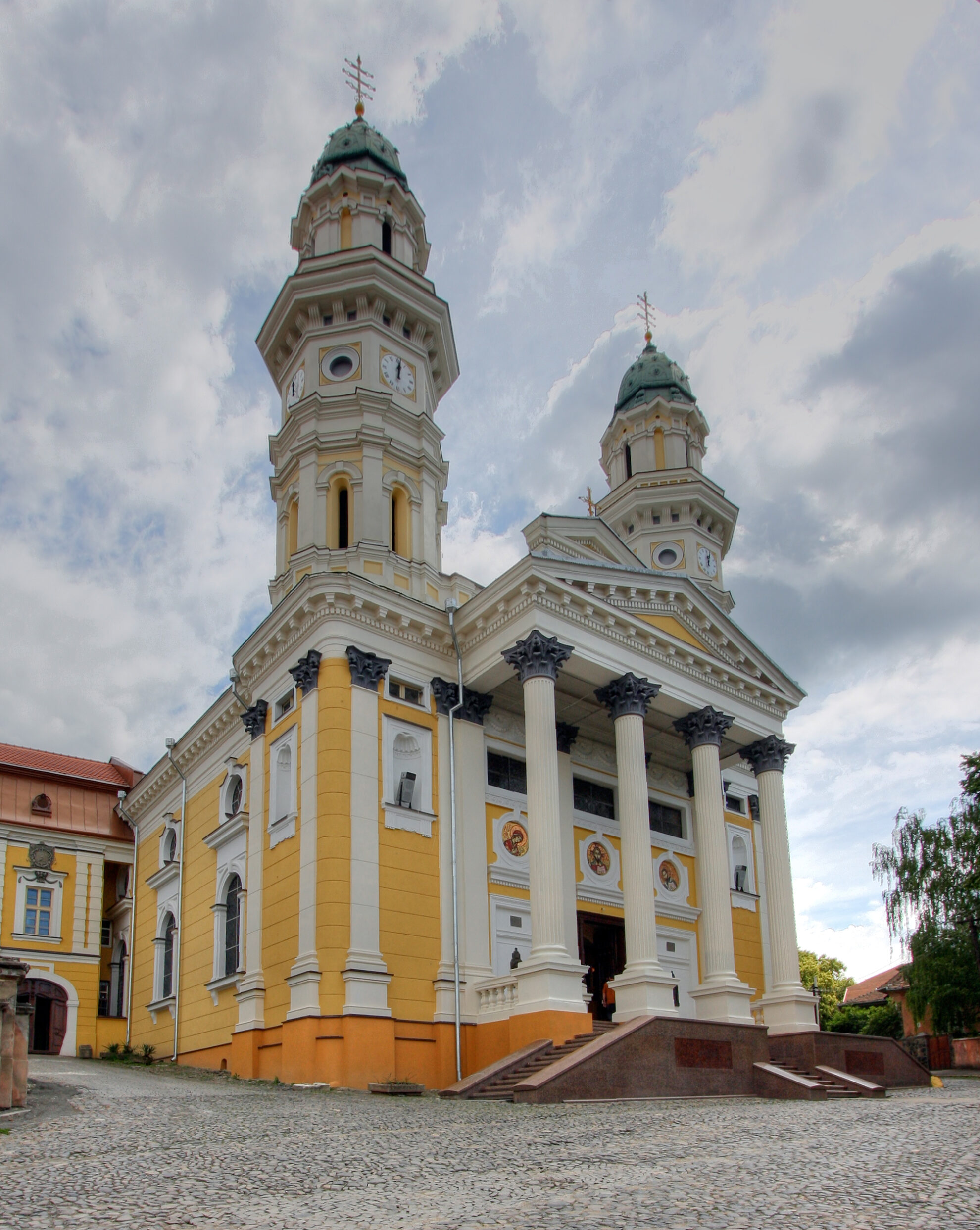Cathedral_of_the_Exaltation_of_the_Holy_Cross_Uzhhorod_2009
